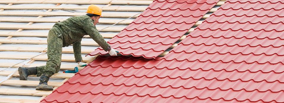 Dakdekker bezig op een schuin dak