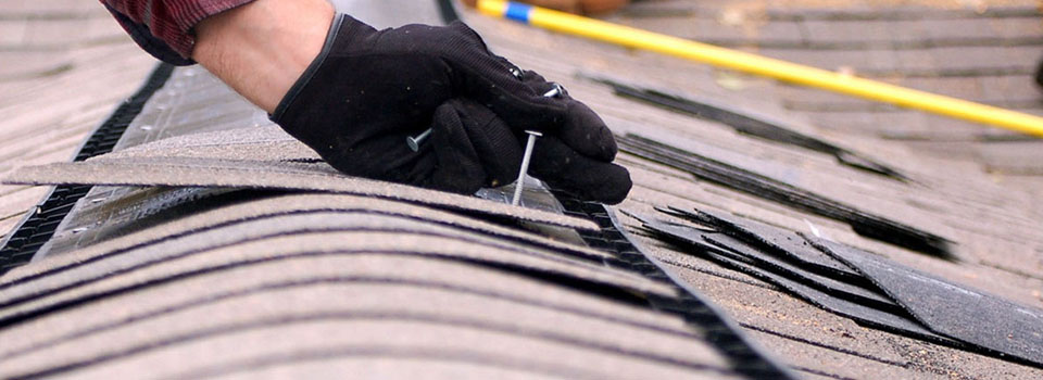 Dakdekker aan het timmeren op het dak